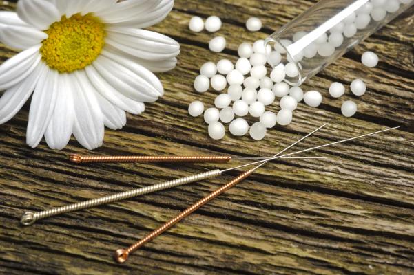 Alternative homöopathische Medizin mit Globuli und Akupunktur
